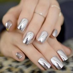 False nails have the advantage of offering a manicure worthy of the most advanced backstage and to hold longer than a simple nail polish. The problem is how to remove them without damaging your nails. Cute Nails, Pretty Nails, My Nails, Metallic Nail Polish, Nail Polish Colors, Color Nails, Acrylic Nail Tips, Nagel Hacks, Mirror Nails