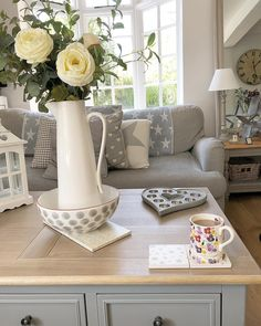 Your Guide To Shabby Chic Decor - Diy Home decor Country Cottage Living Room, Cottage Shabby Chic, Country Cottage Interiors, Farmhouse Living Room Furniture, Couch Furniture, Living Room Grey, Living Room Modern, Shabby Chic Decor, Living Room Designs