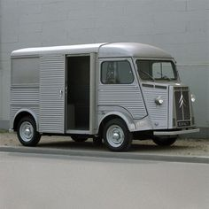 This looks like a crazy 1930s mad scientist vehicle. Intriguing.