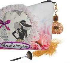 #jolie trousse à maquillage, motif paris avec fleurs roses# girly, elle possède un bijou en forme de bouteille de parfum. A découvrir: https://www.alittlemarket.com/trousses/fr_trousse_maquillage_elegante_paris_avec_roses_bouteille_de_parfum_en_bijou_-19142106.html