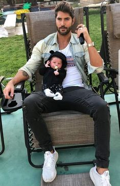 Can we just take a moment to appreciate how cute this looks? Nick Bateman, Gq Mens Style, Cute Funny Babies, Dad Baby, Poses For Men, Cute Baby Pictures, Girl Inspiration, Family Goals, Cute Gay