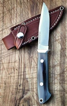 Now this is a perfect blade for the bush! Neat, flowing lines and the perfect skinning point. Compliments to the maker.