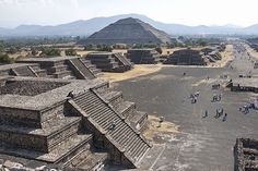 Teotihuacán was built about 300 AD and is characterized by enormous monuments that have been carefully laid out, based on symbolic and geometric principles.