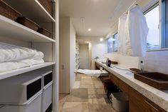 【上越の家】新潟で建てる木の家専門の注文住宅ナレッジライフ|#木の家 #木の家専門店 #自然素材 #自然素材の家 #注文住宅 #新築 #新潟 #ベーシック #デザイン #家づくり #洗濯室 #シンプル #家族 #pure #home #life #simple #myhome #niigata #fritzhansen Pure Products, Cabinet, Storage, Furniture, Home Decor, Clothes Stand, Purse Storage, Decoration Home, Room Decor