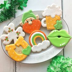 There's still room in the Beginner St. Patrick's Day Cookie Decorating Class! BYOB, grab a lucky friend, and come decorate these guys on… Irish Cookies, St Patrick's Day Cookies, Iced Cookies, Cut Out Cookies, Cute Cookies, Holiday Cookies, Holiday Treats, Sugar Cookies, Cookies Et Biscuits