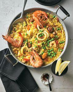 """Mediterraner Genuss: Die Kritharaki-Nudeln sind aus Griechenland (und schön """"schlotzig""""), die pikante Salsiccia ist aus Italien, die Paella-Idee aus Spanien."""