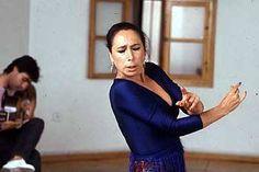 """Cristina Hoyos: """"Lo principal es que te guste mucho bailar. Que tu cuerpo, tu corazón y tu mente necesiten bailar. Y, después, ser trabajador, disciplinado y no desfallecer. Cuando hay tantas ganas de bailar y no hay trabajo crece la creatividad. Favorece que nos reunamos los compañeros y lo que hacemos satisface, aunque no puedas llevarlo a un escenario"""""""