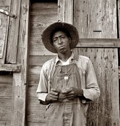 Tenant farmer in Chatham County, North Carolina. Farm Security Administration photograph by Dorothea Lange, 1939 Marie Curie, Old Pictures, Old Photos, Vintage Photographs, Vintage Photos, Dorothea Lange Photography, August Sander, Great Depression, Farmhouse