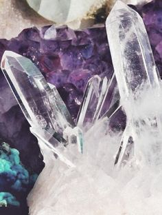 amethyst and quaartz crystals Minerals And Gemstones, Rocks And Minerals, Crystal Magic, Crystal Castle, Crystal Cluster, Crystal Healing, Hue Color, Cool Rocks, Mineral Stone