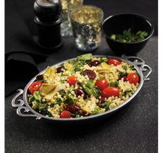 Salade de semoule, tomates, olives noires, cœurs d'artichaut et cresson