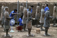 XI'AN.- Archaeologists work on terracotta warriors from the third excavation of pit one at the Terracotta Warriors and Horses Museum in Xi'an in northwest China's Shaanxi province Saturday,