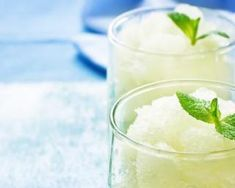 Lemon granita is a light and refreshing dessert perfect for the summer months. You won't believe how easy this is! Smoothie Drinks, Detox Drinks, Smoothies, Lemon Curd, Lemon Lime, Mojito, Granite, Refreshing Desserts, Thermomix Desserts