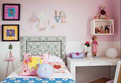 O rosa é a base para o quarto de Maria, 6 anos, mas há muitas outras cores nos acessórios, que deixam o ambiente alegre. Como o espaço é grande, além da cama, há colchões no chão para receber as amigas