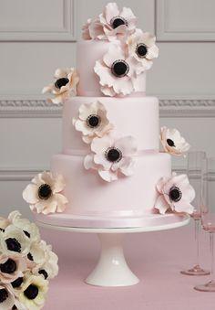 Hochzeitstorte in blassrosa mir Zucker-Anemonen.