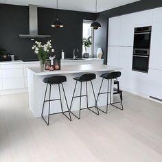 Det nydelig hjemme til er absolutt verdt en tur innom Home Decor Kitchen, Kitchen Interior, Modern Interior, Home Kitchens, Modern Apartment Decor, Open Plan Kitchen, Modern Kitchen Design, Home Decor Inspiration, Design Inspiration
