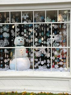 Simple but not holiday-specific Holiday Store, Christmas Store, Christmas Fun, Christmas Window Decorations, Holiday Decor, Winter Window Display, Store Window Displays, Christmas Crafts For Kids To Make, Office Christmas