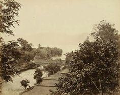 Overdekte brug over de uitloop van de Oembilin in het Meer van Singkarak op Sumatra's Westkust. 1880