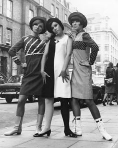 Models wearing op art designs by Lee Cecil in London, 1966. (♥)