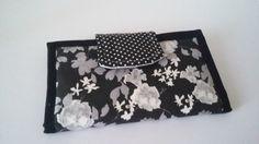 CARTEIRA MALU - Em tecido estampado, poá e branco. R$60,00 Tamanho 13x21,5cm  Produzida por Kau & Malu E. mail: kauemalu@hotmail.com Site: http://www.kauemalu.com.br/