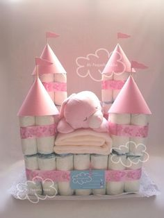 Diaper cake diaper castle is one of a kind from MiPequenaNube in Da Kinderzimmer Ri .- Windelkuchen Windelburg ein Unikat von MiPequenaNube in Da Kinderzimmer Ri… Diaper cake diaper castle unique by MiPequenaNube … - Baby Shower Crafts, Baby Shower Fun, Baby Crafts, Baby Shower Themes, Shower Gifts, Baby Shower Baskets, Baby Hamper, Baby Shower Diapers, Bricolage Baby Shower