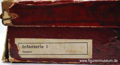 """Die abgebildete Geschenkbox ist aus den letzten beiden Kriegsjahren oder spätestens aus den beiden Nachkriegsjahren 1919/1920. Die tatsächliche Farbe der Figuren war, wie auf der Box auch vermerkt """"feldgrau"""". Da ab 1916 aber extreme Nahrungsmittel- und Matrialmittelknappheit in Deutschland herrschten (der Winter 1916/17 ging als sogenannter """"Steckrübenwinter"""" oder im Volksmund auch """"Krähenwinter"""" in die deutsche Geschichte…"""