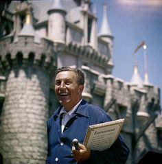 Walt Disney 1955'teki açılış gününde Disneyland'in tadını çıkarırken.
