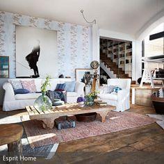 """Die verspielte Mustertapete mit zartem Blumenmuster, die Webteppiche """"Loom Durrie"""" von Esprit Home sowie gemütliche Sofakissen mit Strukturmuster in leichten…"""