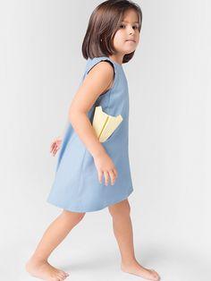 niña vestido azul