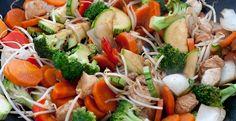 Almoço: 1 porção de carne magra (150g de frango, 100 de carne vermelha ou 180 de peixe branco) + legumes +  vegetais a vontade + 1 porção de carboidrato, de preferência integral (3 colheres de arroz, massa, batata, polenta). * Lembrem-se que toda a minha culinária é feita sem óleo, o que diminui bastante as calorias da dieta.  Ah! Eu gostava muito de comer os legumes e a salada enquanto preparava o prato principal. Ainda faço isso até hoje e essa técnica diminui a fome e a ansiedade na hora…