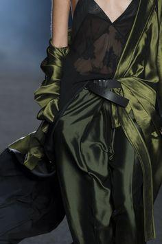 Haider Ackermann Fashion show details & Green Fashion, High Fashion, Fashion Show, Fashion Fashion, Style Vert, Fashion Details, Fashion Design, Haider Ackermann, Looks Style