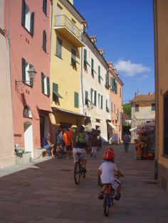 The bike path in the Riviera Ligure, from Arma di Taggia to San Lorenzo al mare with children - Pista ciclabile della riviera ligure, tra Arma di Taggia e San Lorenzo al mare, una meraviglia per grandi e piccini.