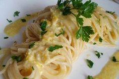 Gli spaghetti limone e parmigiano sono un primo piatto molto semplice ma gustoso e particolare al tempo stesso. Ecco la ricetta