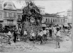 Demolição da gruta localizada na Praça XV 1925.