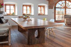 Ein Augenmerk bei diesem Tisch sind mit Sicherheit die Tischbeine, die in diesem Fall aus Eichen-Pressköpfen gefertigt wurden. Dining Table, Rustic, Furniture, Home Decor, Tables, Safety, Country Primitive, Decoration Home, Room Decor