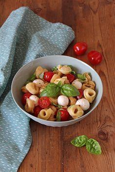 Tortellini-Salat Caprese mit Tomaten und Mozzarella