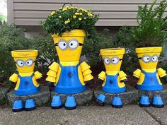 Lots of Minion Terra Cotta Pots ideas and pictures below. Learn how to paint terra cotta clay flower pots to look like Minions (from the movie Despicable Me). Fun and easy DIY garden crafts idea for terracotta pots - really easy and fun crafts. Clay Pot Projects, Clay Pot Crafts, Diy Clay, Shell Crafts, Flower Pot People, Clay Pot People, Clay Flower Pots, Flower Pot Crafts, Diy Flower
