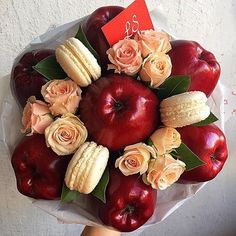 edible bouquet with flowers Homemade Gift Baskets, Homemade Candies, Homemade Gifts, Fruit Flower Basket, Fruit Flowers, Flowers Nature, Candy Bouquet Diy, Food Bouquet, Vegetable Bouquet