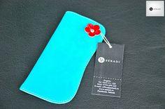 Husa pentru ochelari din piele naturala 4 -turcoaz -captusita cu piele crem -ornat cu floare rosie din piele -nit metalic argintiu -dimensiuni: L=17cm l=8cm  PRET: 35 lei