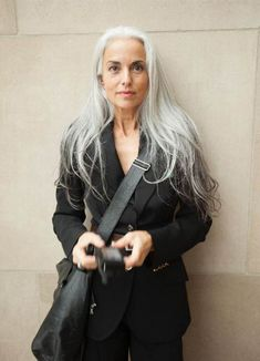 How to look younger in your according to Yasmina Rossi Yasmina Rossi reveals her secrets to a youthful glow. Yasmina Rossi, 60 Year Old Woman, Grey Hair Inspiration, Coiffure Hair, Long Gray Hair, Long Silver Hair, Classy Hairstyles, Beautiful Old Woman, Drop Dead Gorgeous
