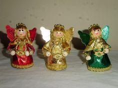 Loa ángeles le cantan al Niño Dios.