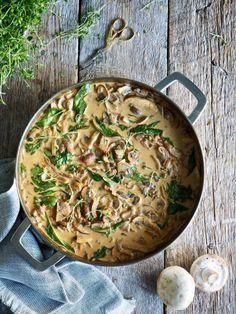 Sopp stroganoff er det du skal spise nå som det formelig tyter over med sopp. I skogen om du er heldig nok til å bo nærme en og er flink til å finne sopp (jeg er ikke det… bær ja, sopp, nei). Men også i butikkene finner du nå et godt valg av diverse sopper [...] Read More... The post Sopp stroganoff appeared first on Mat På Bordet. Portobello, Vegan Recipes, Vegan Food, Camembert Cheese, Risotto, Ethnic Recipes, Vegane Rezepte, Vegan Meals, Vegetarian Food