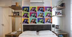 Uma montagem com fotos do casal, no melhor estilo pop art, ganhou destaque na cabeceira da cama desta suíte, projetada pelos arquitetos Samy Dayan e Ricky Dayan. A foto foi impressa em papel adesivo e aplicada repetidamente. Mangueiras neon embutidas no painel espelhado destacaram ainda mais o colorido das imagens