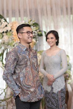 Malay Wedding Dress, Kebaya Wedding, Wedding Couple Poses, Pre Wedding Photoshoot, Photoshoot Ideas, Engagement Photography, Couple Photography, Wedding Photography, Muslim Wedding Ceremony