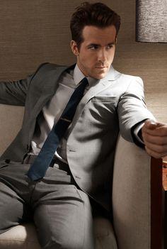 Ryan Reynolds wearing stone gray suit, slim navy necktie, and silver tie bar. Grey Suit Blue Tie, Suit And Tie, Grey Suits, Men In Suits, Grey Suit Men, Black Tie, Blue Grey, Dark Blue, Chaning Tatum