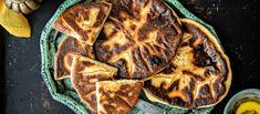 Georgialainen hatsapuri on litteä juustotäytteinen leipä, joka paistetaan meheväksi valurautapannulla voissa. Noin 2,10 €/kpl* Bread Recipes, Steak, Pork, Food And Drink, Favorite Recipes, Breakfast, Dinners, Kitchen, Cucina