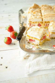 sponge cake with mascarpone cream and strawberries.