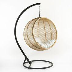 wicker hangstoel met ecrukleurige kussens ibis interieur. Black Bedroom Furniture Sets. Home Design Ideas