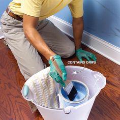 Colocar a lata de tinta dentro de um balde maior. Pq eu não pensei nisso antes??!!