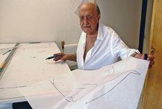 O arquiteto posa para foto em seu estúdio, no bairro de Copacabana, no Rio de Janeiro, em 2002