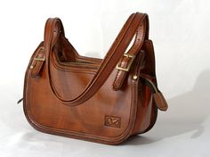 Single Compartment Leather Shoulder Bag, Two Large Slip Pockets, Adjustable Shoulder Straps, Handcrafted from Quality Argentine Leather